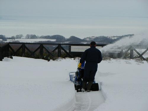 ゲートから展望台への通路除雪